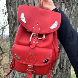 Czerwony skórzany plecak z...